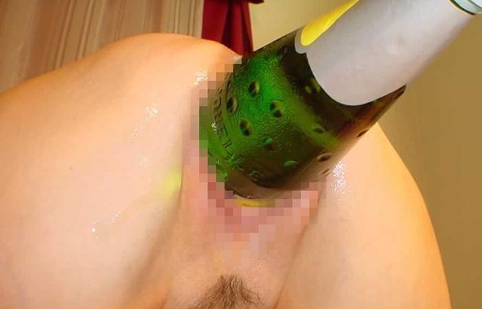 【海外エロ画像】もうセックスじゃ満足できない…極太容器をブチ込むド変態さんwww