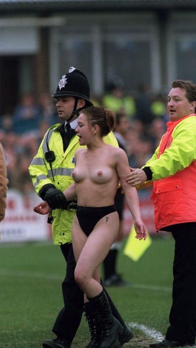 【ハプニング画像】海外の女性サポーターは興奮したら裸で試合に乱入してくるらしいぞww 03