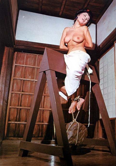 【※ドS注意※】『三角木馬』で責めてる画像を集めた結果・・・ → 闇深すぎぃwwwwwwwwwww(画像あり) 04