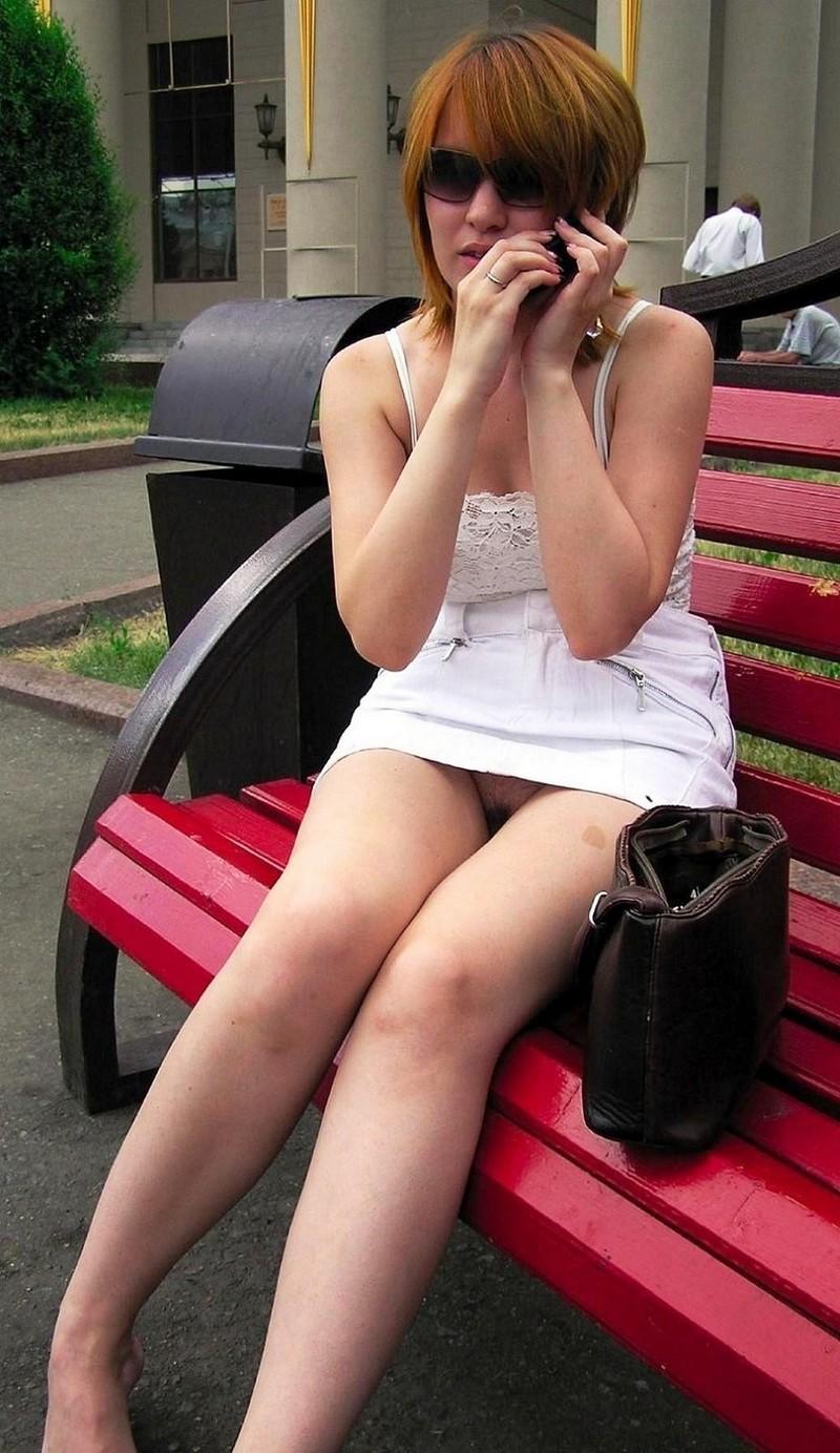 パンチラだと思ったらパンツ履いてなくてマ●コ見えちゃう女… 01