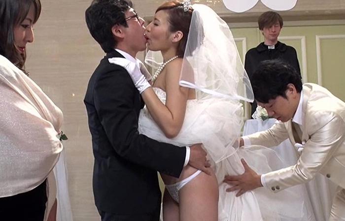 【SEXのハードルが異常に低い世界】結婚式編 新郎新婦も家族もスタッフもSEXでお祝いします! 01