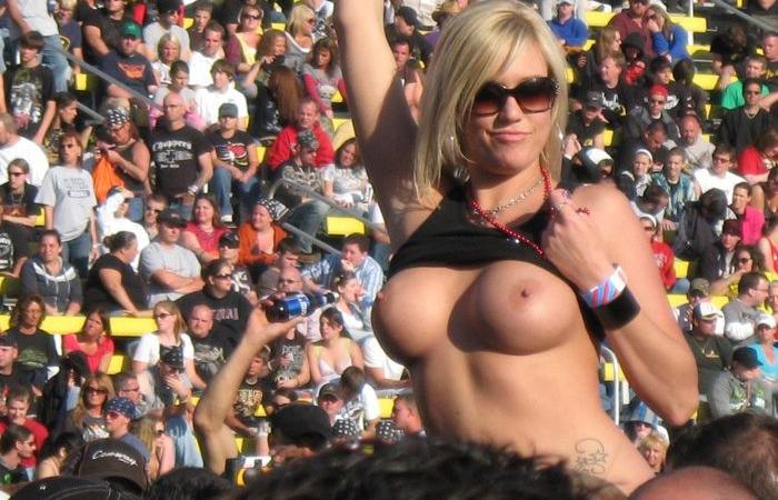 【海外エロ画像】こんな応援なら歓迎さw試合に興奮した女性ファンが乳露出www