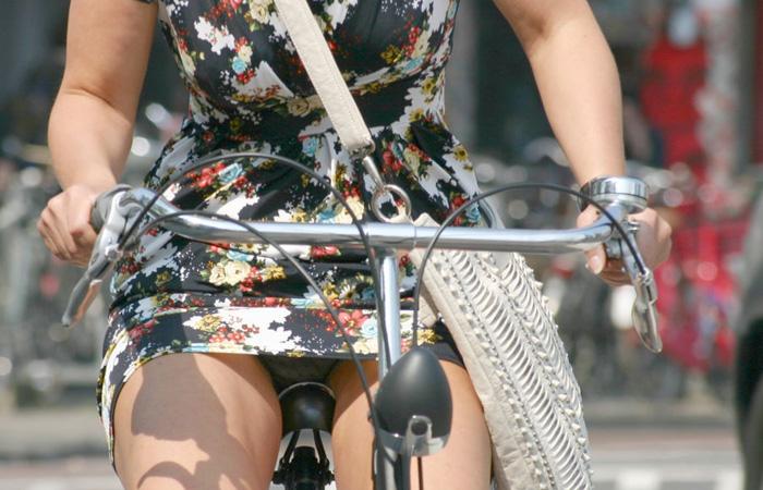 【パンチラエロ画像】自転車あるところチラ見えあり!チラ率高い海外のチャリ女子www