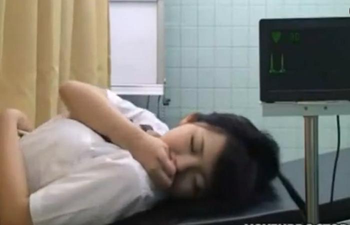 産婦人科に診療に来たJKが上手く丸め込まれチンポ挿入されちゃいますw 02