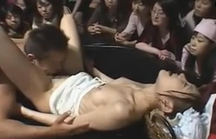 【三次エロ動画】観衆のど真ん中で公開セックス収録とかどんな罰ゲームwww