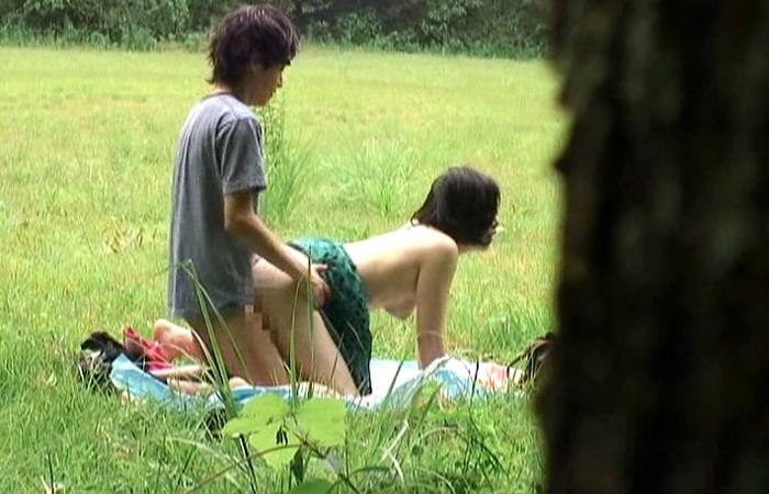 【青姦エロ画像】理解不能×2!人間から落ちたかの如く野外で盛るカップルwww