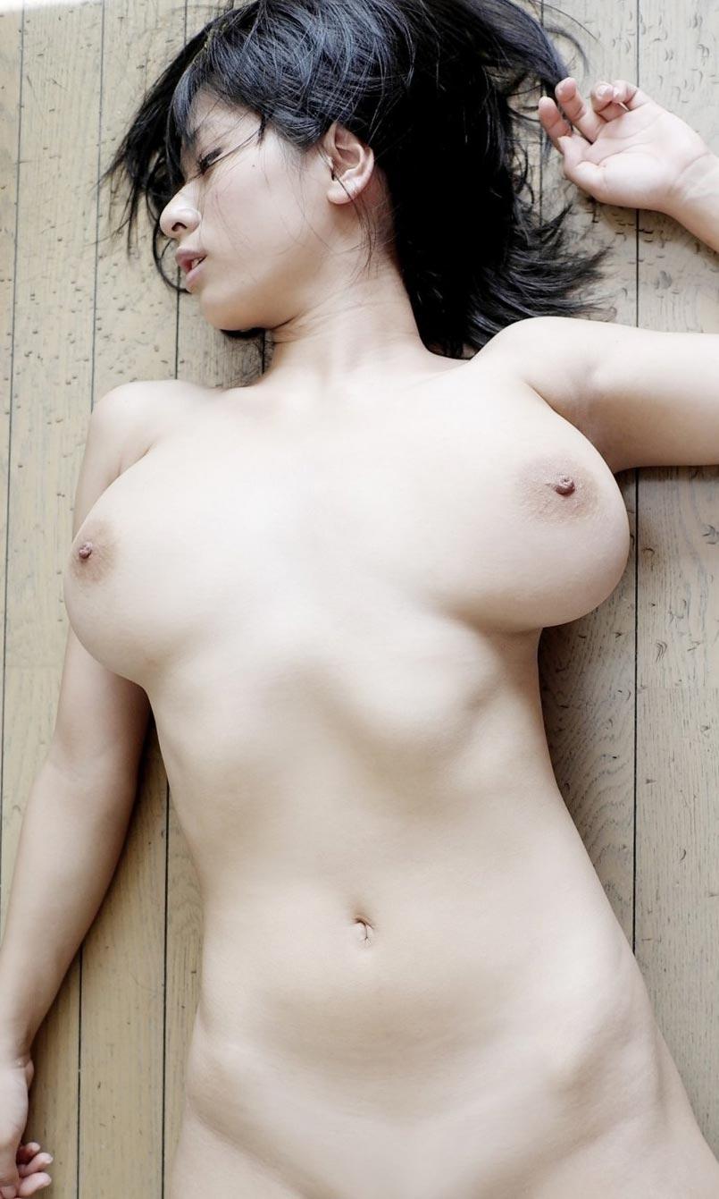 【※画像あり※】巨 乳 女 子 が 仰 向 け に 寝 転 が っ た 結 果wwwこ れ が 巨 乳 の 真 理wwwwwwwwwwwww 01