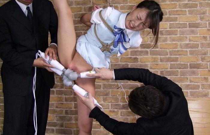 【SMエロ画像】鬼畜行為だからイイ!身動きできない拘束娘を玩具で追い込むwww
