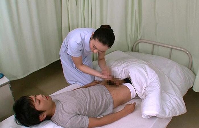 優しい看護師が入院中の弟を内緒で筆下ろし!「初めてがお姉ちゃんでいいの?」 01