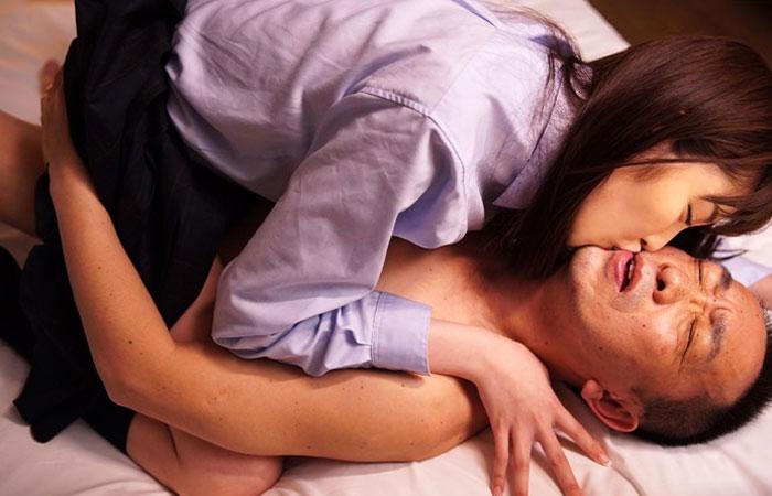 【三次エロ動画】中年オヤジの体を美味しそうに舐め回しちゃう超絶美少女www